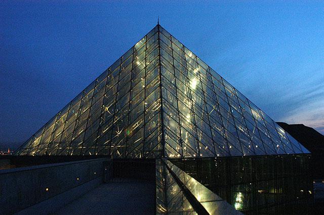 来沼公园的 玻璃金字塔>